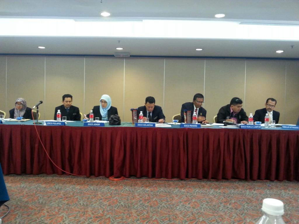 Ahli Majlis Jawatankuasa  Agung sedang bermesyuarat