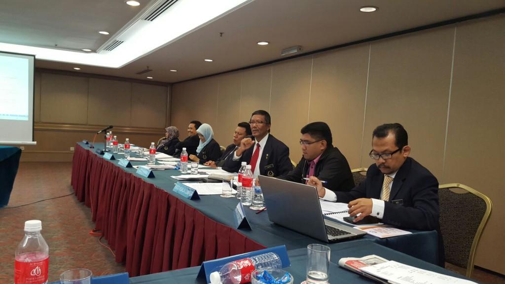 Sdra Musa bin Atan Pengerusi PACSU Cawangan Pahang sedangan memberi taklimat
