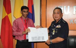 Penyerahan cek oleh En. Prem Kumar kepada Timbalan Ketua Polis Perak